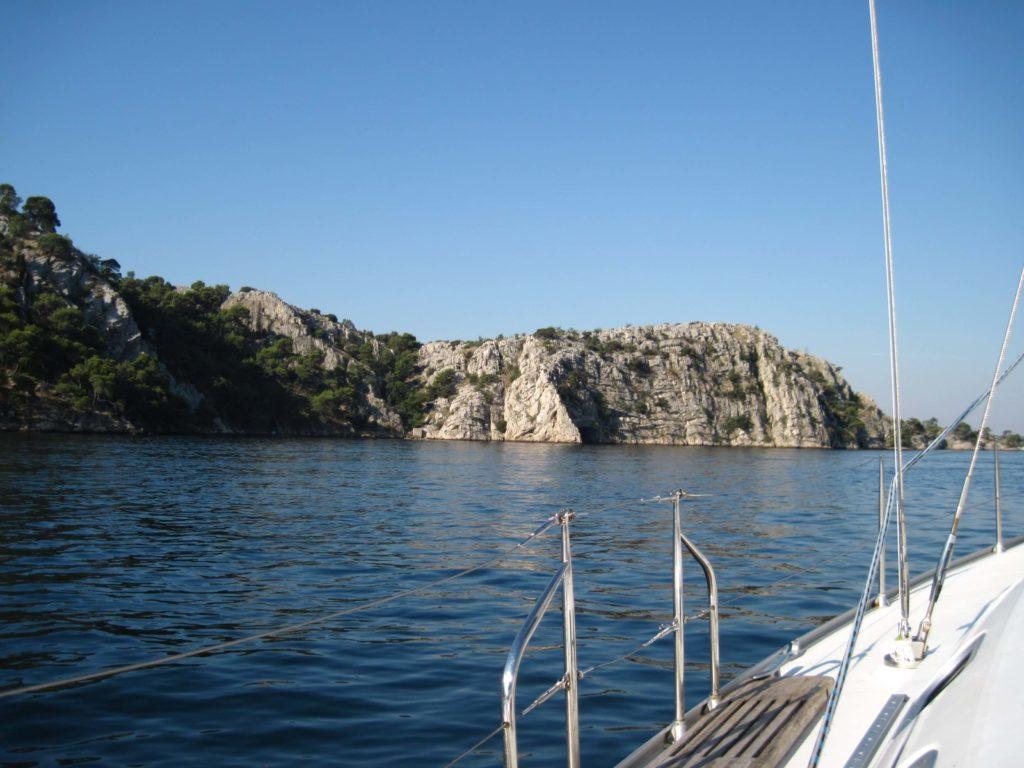 Widok na wybrzeże z jachtu
