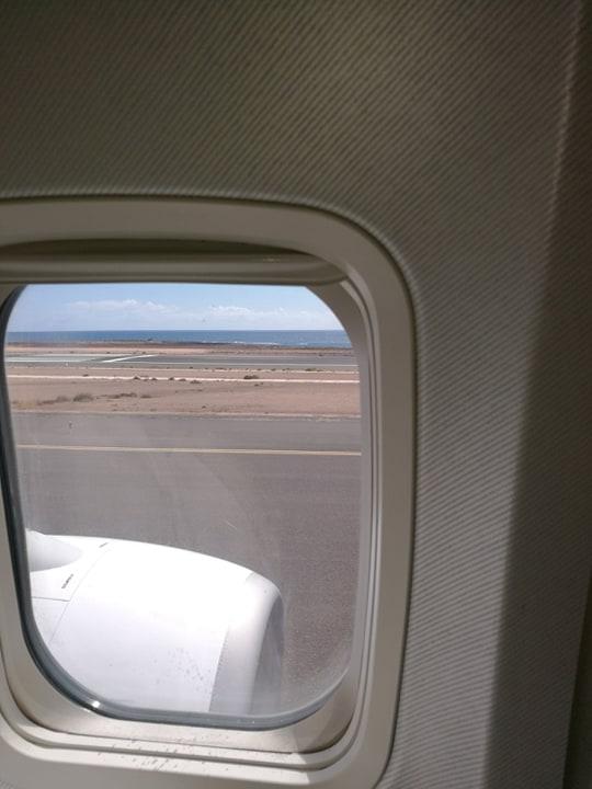 Widok z okna samolotu na lotnisku na Fuerteventura